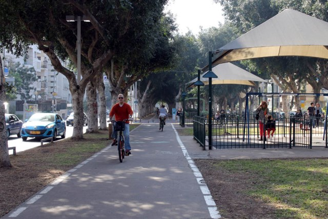 Cyklisté na Rothschildově bulváru